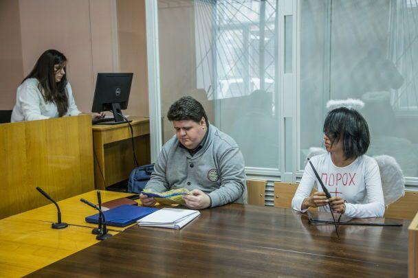 Экзотическая FEMENистка, которая разделась перед Порошенко и Лукашенко, пришла на суд в костюме Купидона