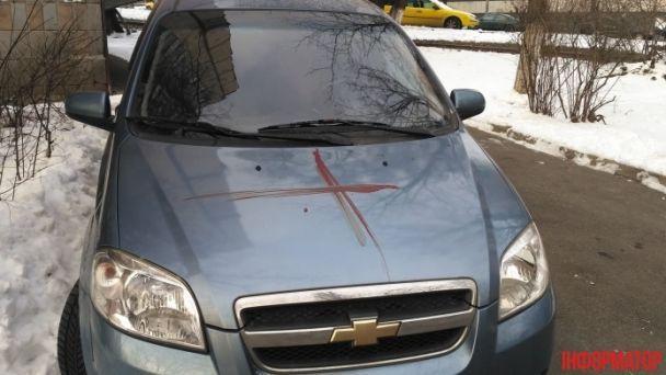 В Киеве иностранец выпрыгнул из окна 3-го этажа и разрисовал стены дома и авто кровью