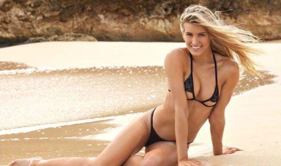 Знаменита тенісистка еротично покрасувалася у купальнику для американського журналу