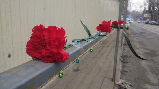 На будівництво у Києві, де загинув школяр, несуть квіти та свічки