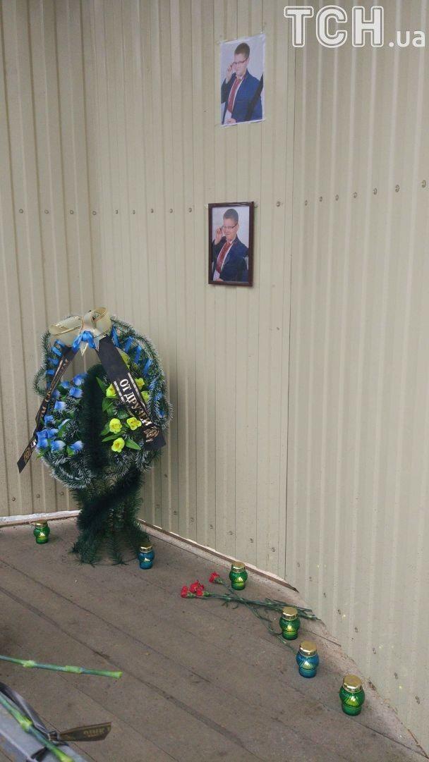 На строительство в Киеве, где погиб школьник, несут цветы и свечи