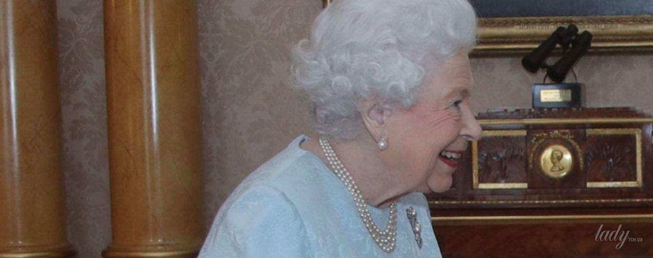 В небесно-голубом платье: королева Елизавета II продемонстрировала нежный образ
