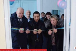 Кольорові кульки, перерізання стрічки та чиновники: на Вінничині у школі помпезно відкрили туалет
