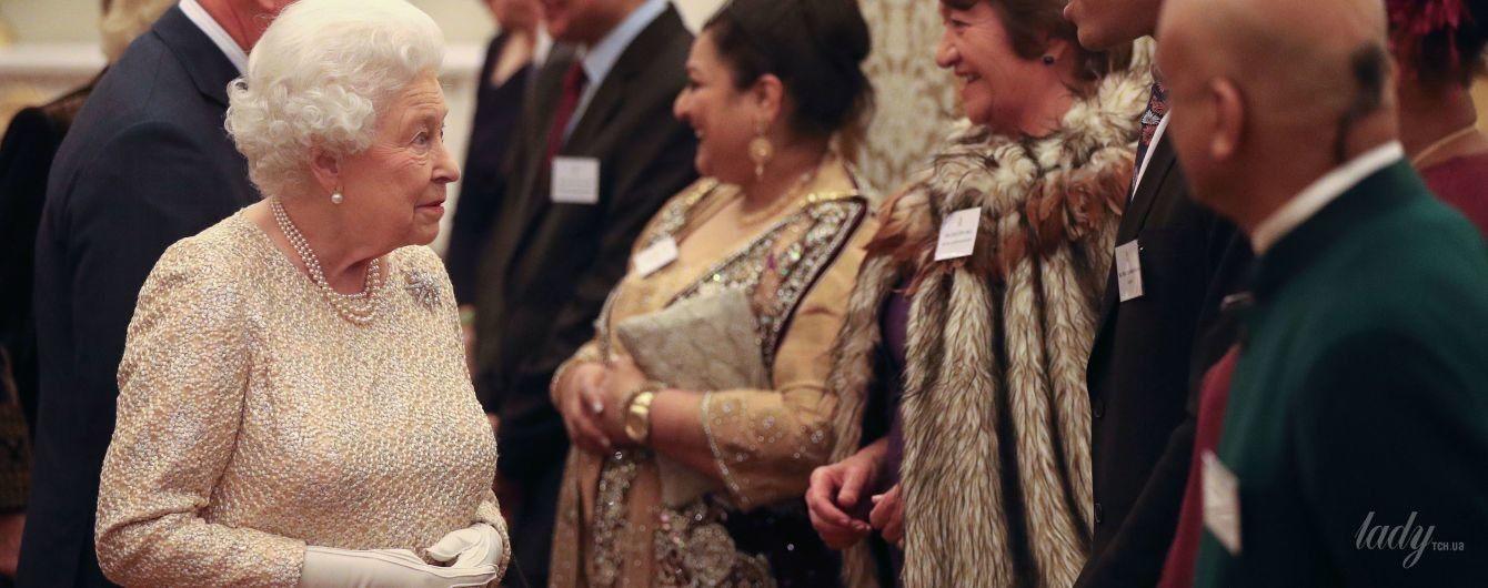 На приеме во дворце: 91-летняя королева Елизавета II продемонстрировала роскошный вечерний образ
