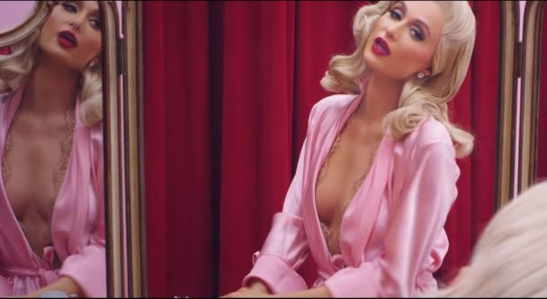 Полуобнаженная Пэрис Хилтон в розовых пеньюарах посвятила любимому эротический клип