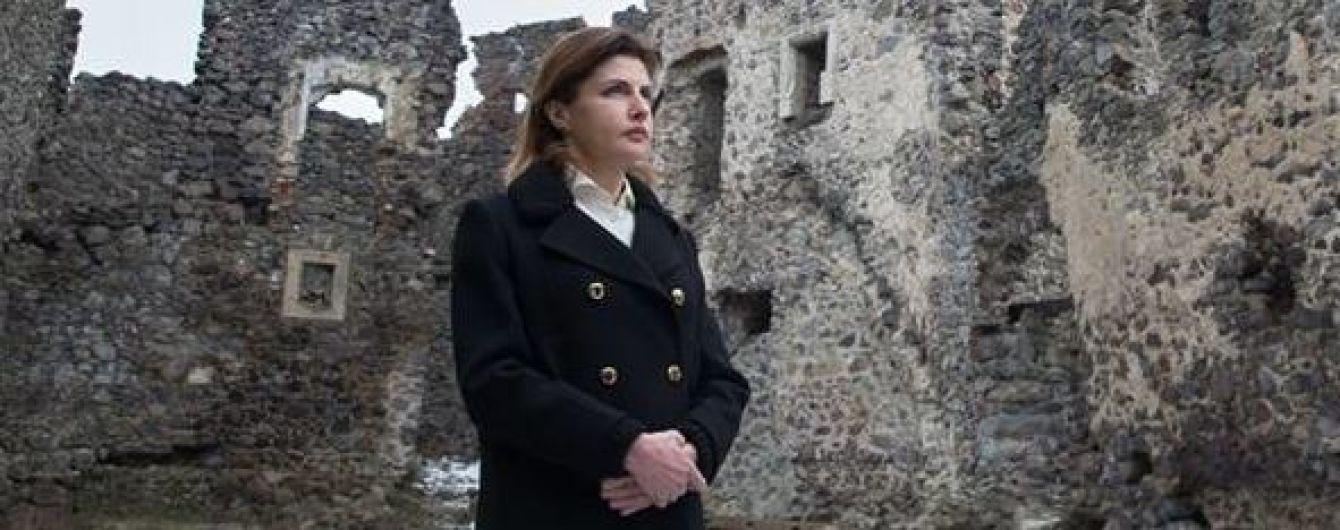 В блейзере и кремовой блузке: Марина Порошенко посетила замок на Закарпатье