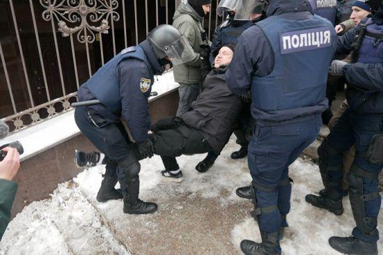 Під судом, де обирають запобіжний захід Труханову, сталися сутички та стрілянина
