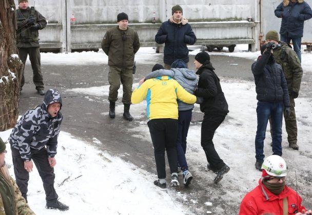 Стрельба и слезоточивый газ. Появились фото столкновений под судом, где избирали меру пресечения Труханову