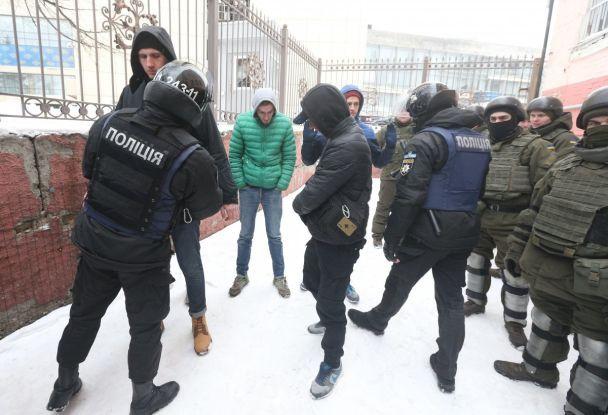 Стрілянина ісльозогінний газ. З'явилися фото сутичок під судом, де обирали запобіжний захід Труханову