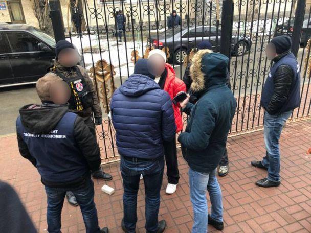 У Києві затримали вимагачів, які здерли з постраждалих у будівельний афері 50 тисяч доларів
