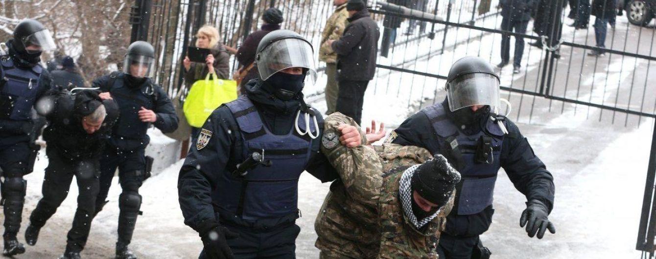 Поліція затримала трьох людей через сутички під Солом'янським судом у Києві