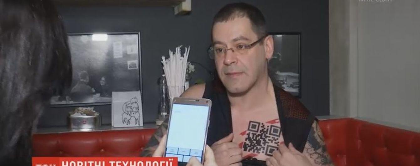 Микрочип под кожей и QR-код на теле: как живется человеку-киборгу из Риги