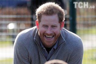 Кумедний нянь: Принц Гаррі провів зарядку для малечі