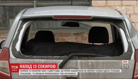 Чоловік із сокирою порубав авто, припарковані у дворі Солом'янського суду