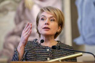 """Гриневич різко відреагувала, що в окремих регіонах учителям """"урізали"""" надбавки до зарплат"""
