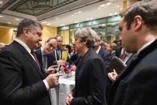 Порошенко поговорив із Терезою Мей про миротворців на Донбасі
