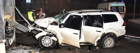 У Києві позашляховик влетів у білборд, постраждали четверо людей