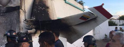 У Венесуелі літак впав на житловий будинок, є загиблі