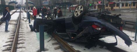 В Киеве Mercedes на скорости протаранил Ford и опрокинулся на рельсы скоростного трамвая