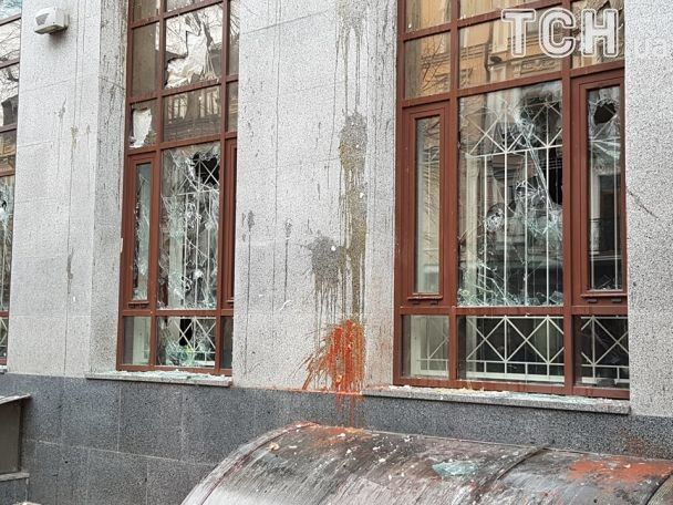 """У центрі столиці активісти потрощили будівлю """"Росспівробітництва"""""""