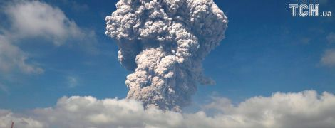 На Суматре из вулкана вырвался 5-километровый столб дыма