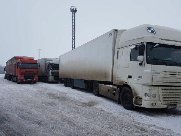На кордоні з Росією скупчилося вже до 150 вантажівок