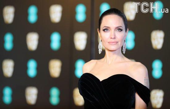 Розкішна Джолі та ефектна Сальма Хайєк: зірки влаштували парад чорних вбрань на BAFTA-2018