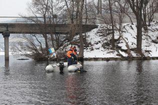 В Киеве студентка прыгнула с моста Патона из-за конфликта с деканатом, спасатели ищут тело