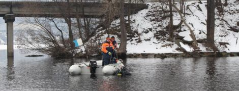 У Києві студентка стрибнула з мосту Патона нібито через конфлікт з деканатом, рятувальники шукають тіло