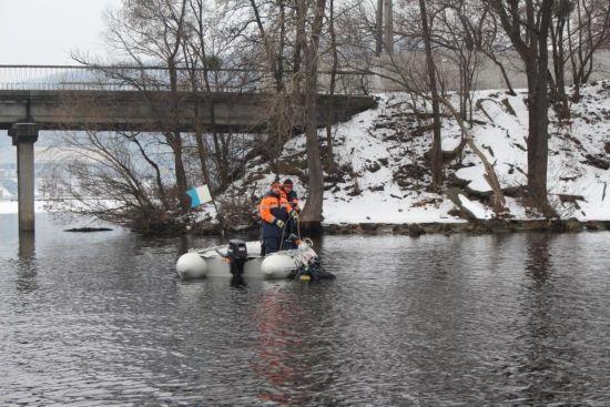 У Києві студентка стрибнула з мосту Патона через конфлікт з деканатом, рятувальники шукають тіло