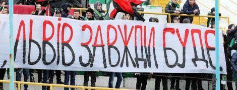 """Фанати """"Карпат"""" побилися з поліцією на вокзалі в Одесі"""