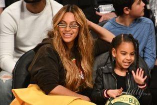 В асимметричной юбке и прозрачных ботильонах: яркая Бейонсе сходила с дочерью на баскетбол
