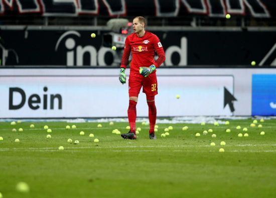 Вболівальники німецької команди на знак протесту закидали поле тенісними м'ячиками на матчі Бундесліги