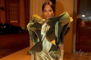 Наоми Кэмпбелл пришла на прием в Букингемский дворец в экстравагантном платье