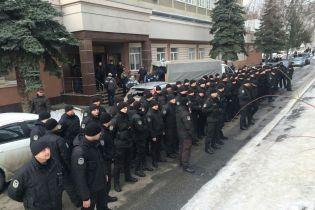 В Киеве правоохранители устроили молчаливый флешмоб возле суда, отпустившего стрелка по полицейскому