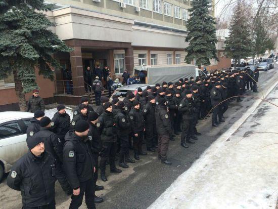 У Києві правоохоронці влаштували мовчазний флешмоб біля суду, який відпустив стрільця по поліцейському