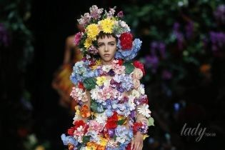 Балетные пачки, рокерские шипы и женщины-букеты в коллекция Moschino сезона весна-лето 2018