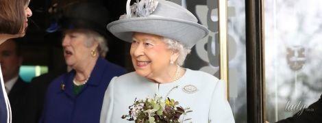 """Выглядит безупречно: королева Елизавета II продемонстрировала стильный """"весенний"""" образ"""