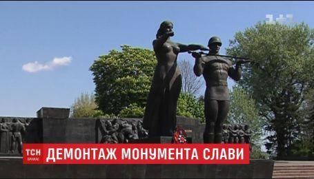 Во Львове демонтируют часть Монумента славы