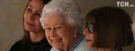 У першому ряді: Єлизавета II у ніжному образі спостерігала за модним показом у Лондоні