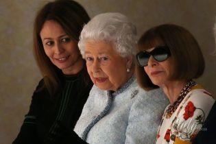 В первом ряду: Елизавета II в нежном образе наблюдала за модным показом в Лондоне