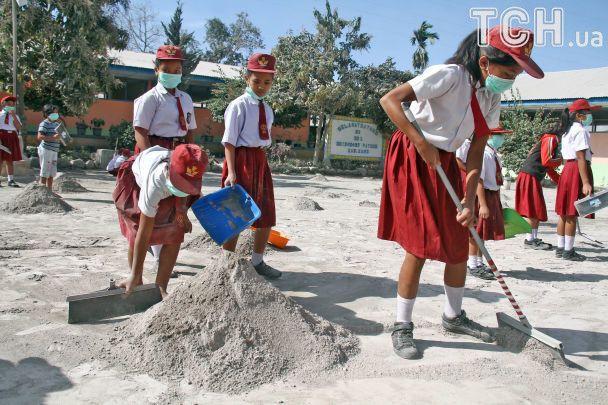 В Індонезії оголосили про найвищий рівень небезпеки польотів через 7-кілометрове виверження вулкану