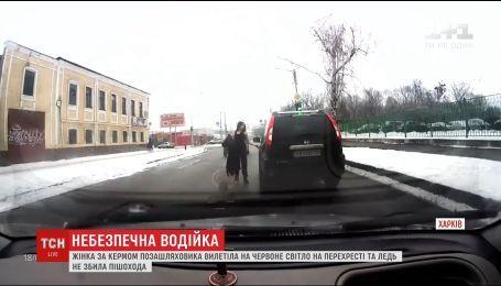 Харків'янка виїхала на червоне світло на зустрічну смугу і ледь не збила пішохода
