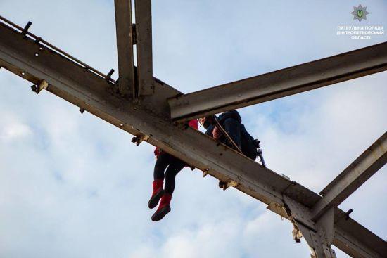 У Дніпрі жінка вилізла на арку мосту, щоб скоїти самогубство: патрульний півгодини вмовляв її спуститися