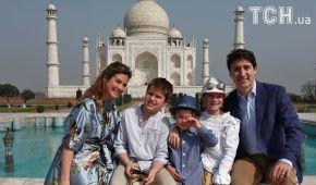 В национальном наряде и в окружении звезд Болливуда. Премьер Канады с первым официальным визитом путешествует по Индии