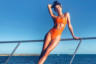 В ярком купальнике на яхте: сексуальная Сара Сампайо отдыхает на Багамах