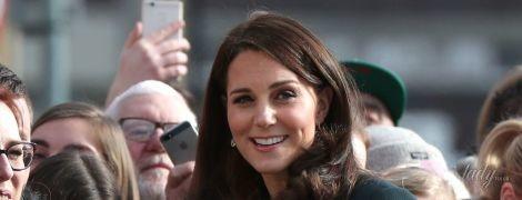 В пальто изумрудного цвета и с лаконичными серьгами: беременная герцогиня Кембриджская на пожарной станции