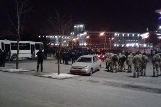 Із цеглою та палицями: у Харкові українські футбольні вболівальники побилися з італійськими