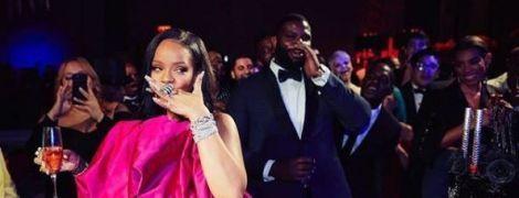 Ріанна у дивакуватому вбранні відсвяткувала ювілей з коханим-мільярдером, Тоні Брекстон та Ді Капріо