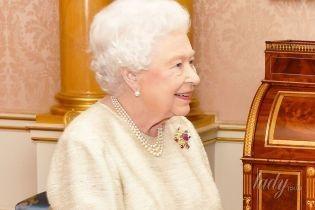 Как всегда, обворожительна: 91-летняя королева Елизавета II в новом красивом платье